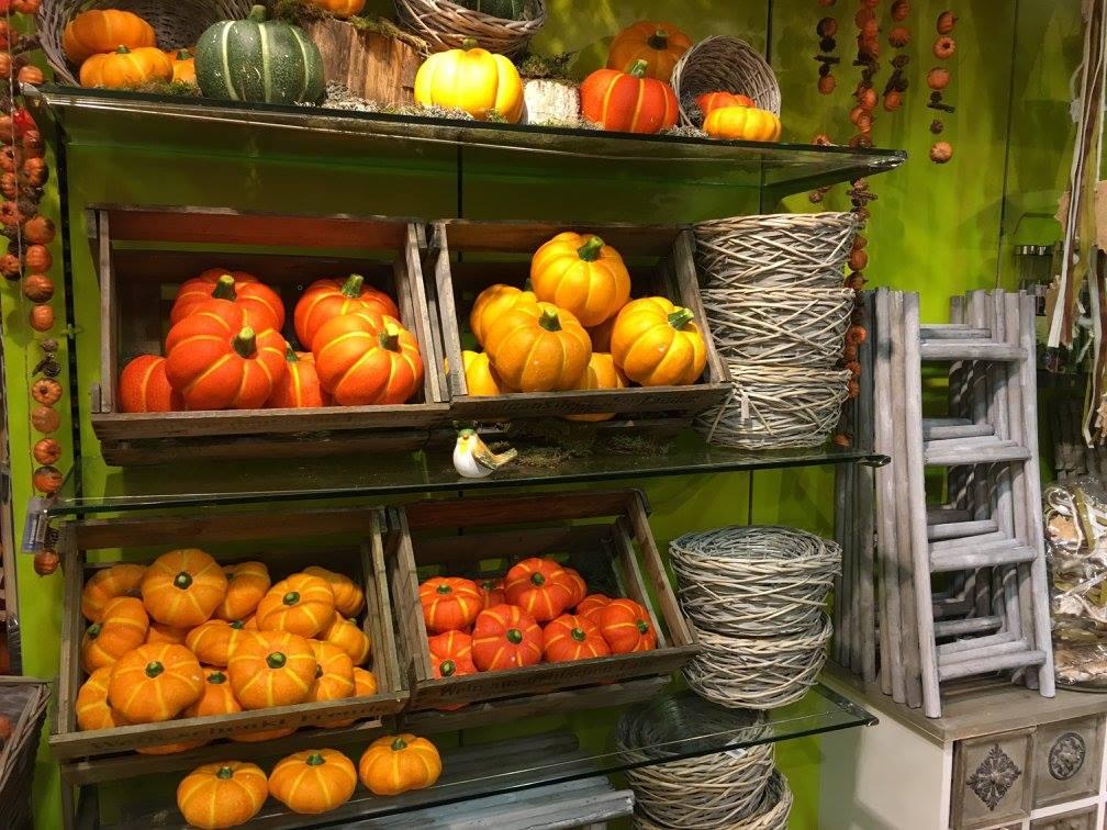 Herbst-Dekoration-Herbstwelten-Kürbis-Körbe-Leiter-Knuellermarkt